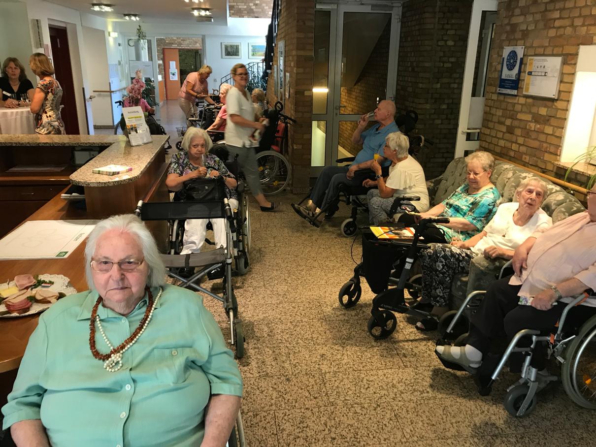 Der Sturm blieb dann aber gesittet: BewohnerInnen versammeln sich im Foyer der Einrichtung